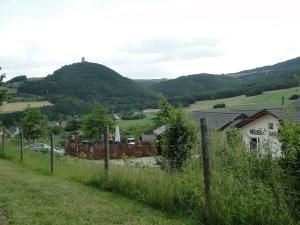 Neuer Maarhof mit Blick auf Burg Olbrück