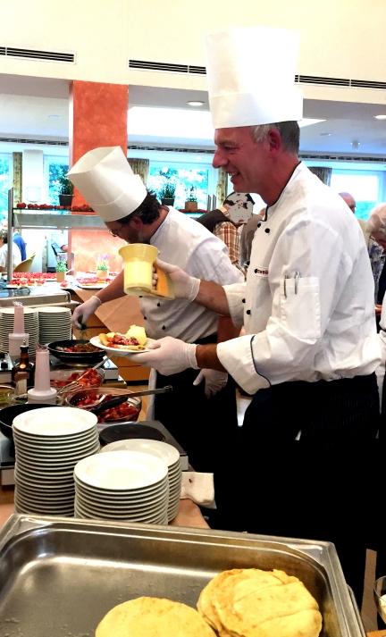 Küchenchef Gatzweiler serviert Crêpe mit Eis