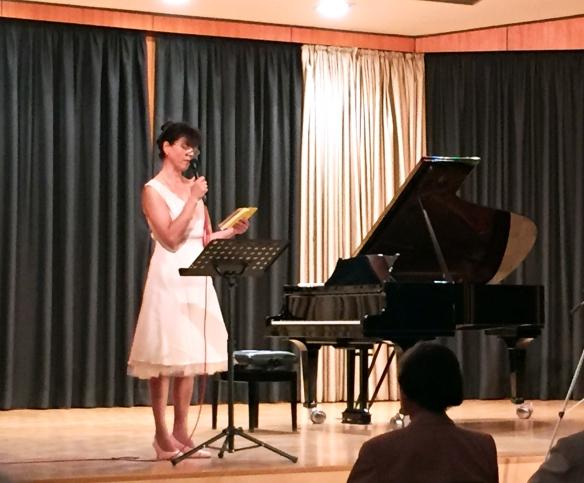 Die sympathische Pianistin beim Vortrag ...