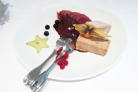 Mandel-Zimt Parfait m. Barolo-Birne u. Schokoladen-Sauce