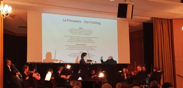 Das Orchester mit dem Solisten Sergey Dogadin und seinem Leiter Cornelius Frowein