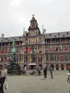 Das Rathaus mit Brabo-Brunnen
