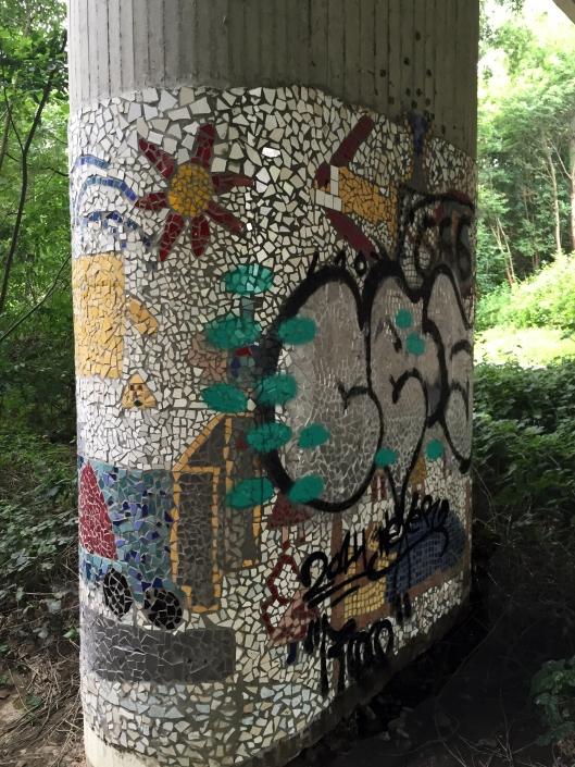 Mosaik an Brückenpfeiler