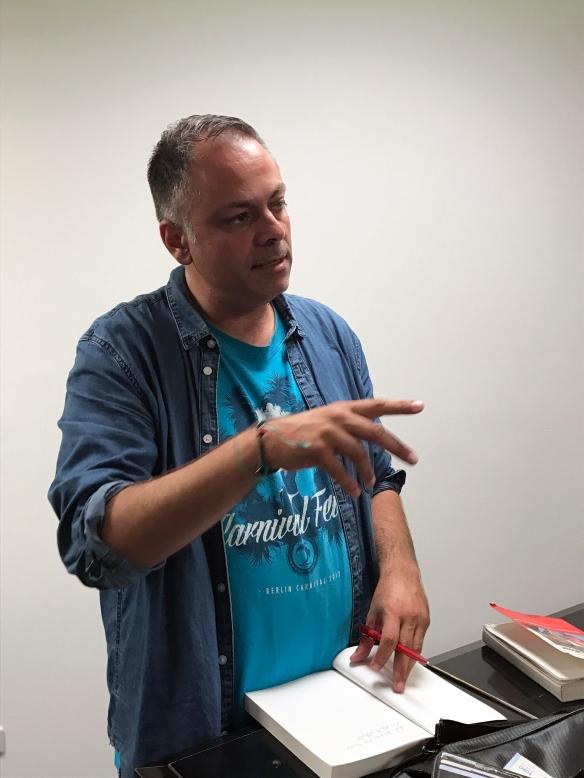 Ramon Schack beim Signieren seines Buches