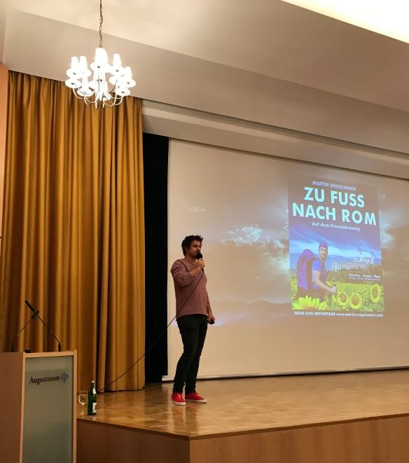 Martin Engelmann begrüßt seine Zuschauer