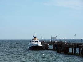 Fährschiff an der Seebrücke