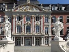 Frontseite des Palais