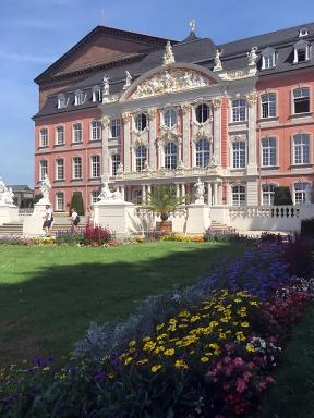 Palais mit Figuren