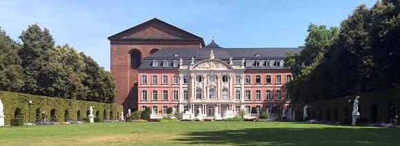 Kurfürst. Palais, im Hintergrund die Konstantin-Basilika