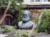 Marx-Büste im Garten des Geburtshauses