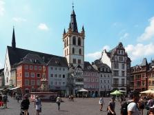 Hauptmarkt mit Petrusbrunnen und St. Gangolf-Kirche