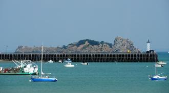 Seebrücke mit Leuchtturm