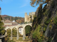 Antike Passerelle in der Schlossanlage, Baujahr 1765 (diente eigentlich als Aquädukt der Schlossbrunnen)